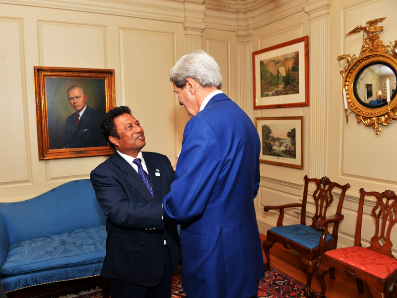 Picture of John Kerry speaking with President of Palau Tommy Remengesau Jr.