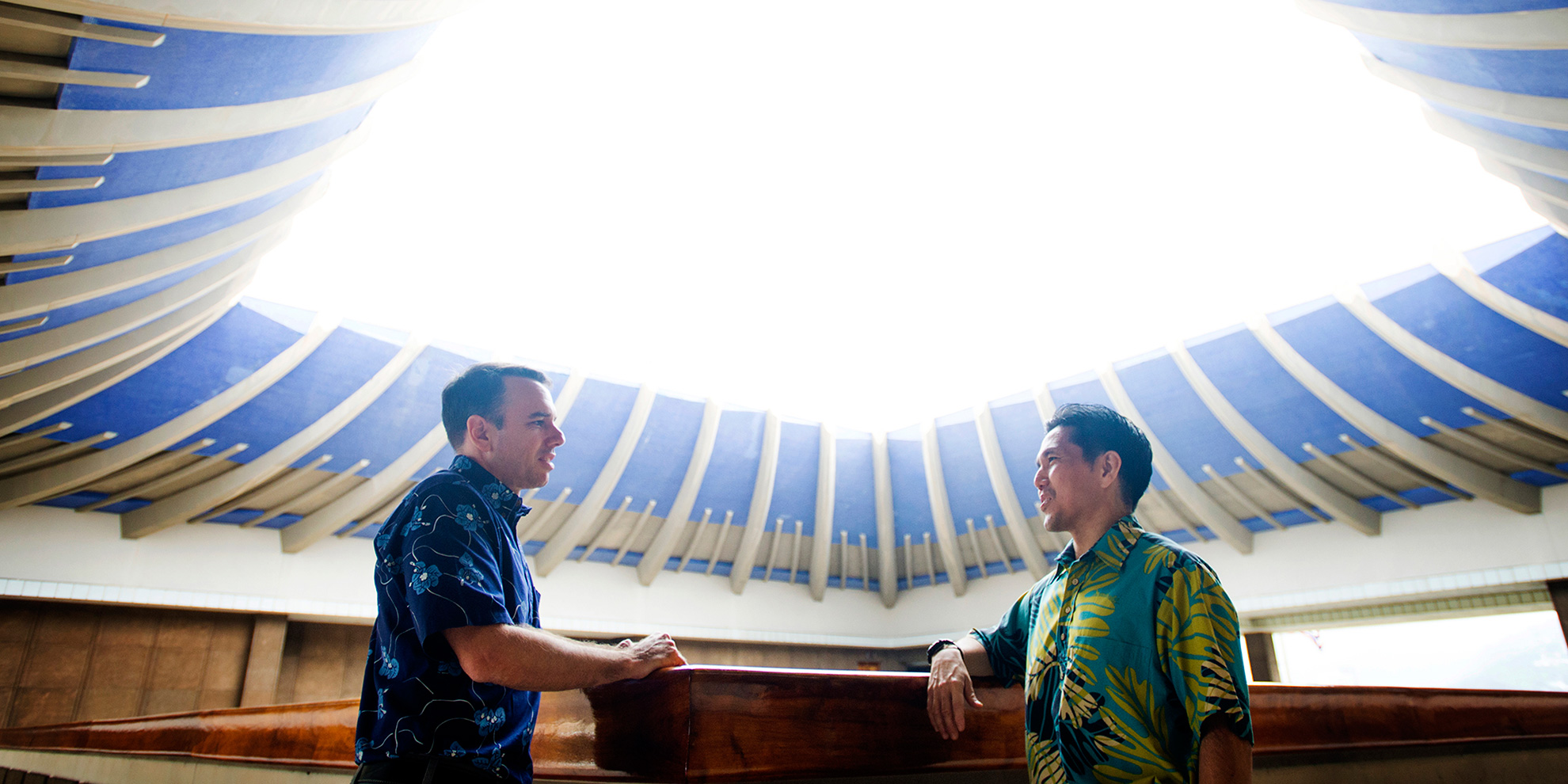 Staff Attorney Isaac Moriwake (right) speaks with solar industry leader and longtime Earthjustice partner Mark Duda in Hawaiʻi's State Capitol.