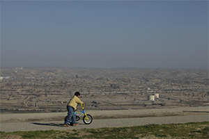Hazy air surrounds fracking operations in Southern California. (Chris Jordan-Bloch / Earthjustice)
