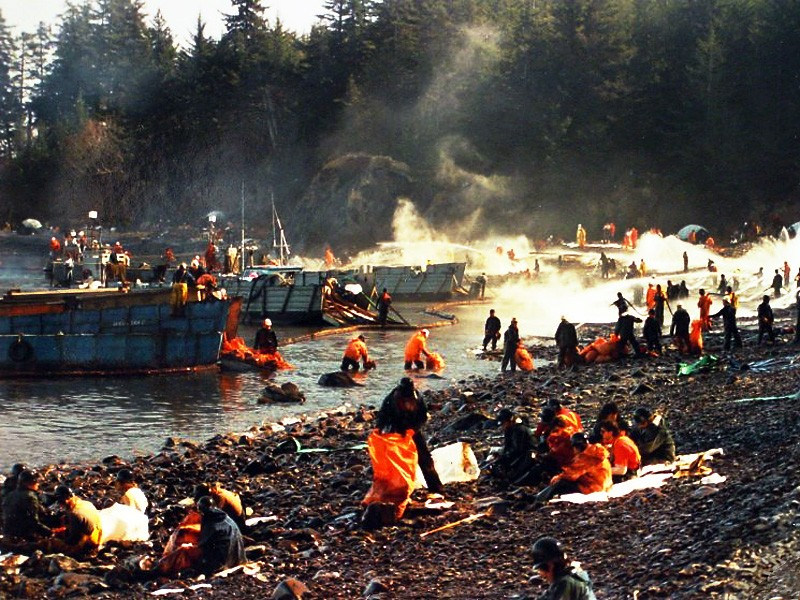 an analysis of the oil tanker exxon valdez and the oil spill in alaskan shoreline The spill affected nearly 1300 miles of shoreline,  james liszka lessons from the exxon valdez oil spill after the spill, the state of alaska and the us government, as trustees of the sound, pursued criminal charges and engaged in civil proceedings  (exxon valdez oil spill commission 2008) & exxon valdez.